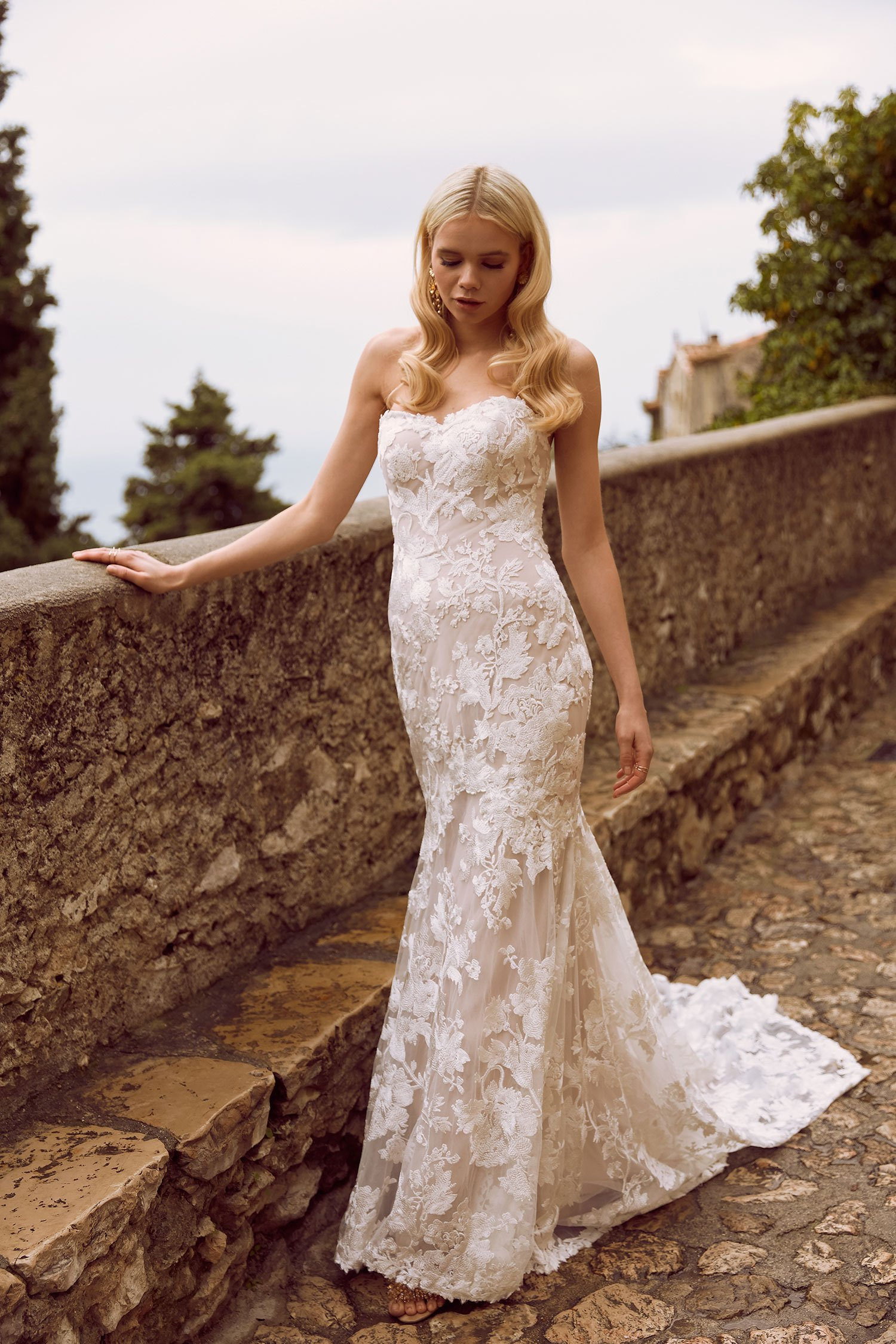 HALLE–ML8319-FULL-LACE-FITTED-GOWN-WITH-SWEETHEART-NECKLINE-AND-ZIP-UP-BACK-DETACHABLE-OFF-SHOULDER-FLUTTER-SLEEVES-WEDDING-DRESS-MADI-LANE-BRIDAL10